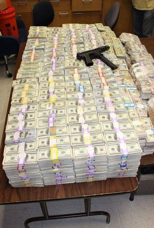 Брат и сестра, которые торговали наркотиками, прятали в стене дома 24 миллиона долларов