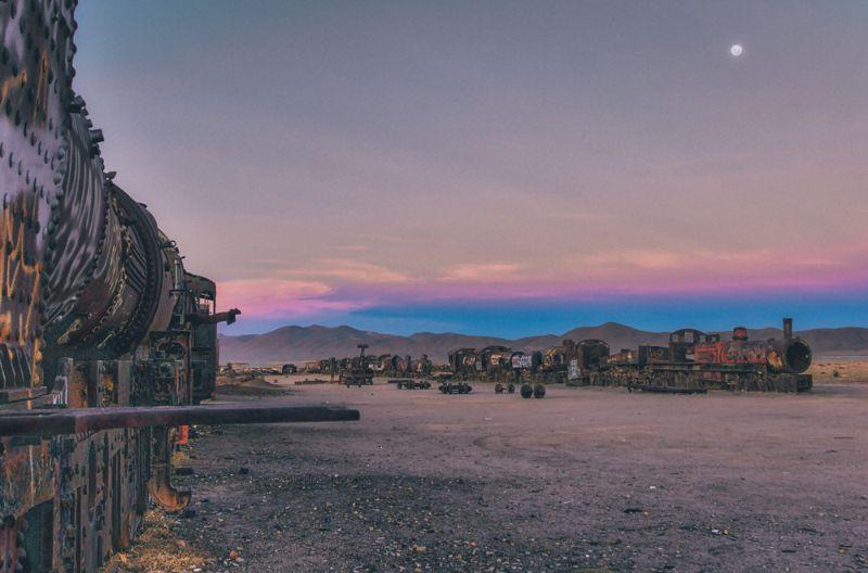 Мрачное кладбище поездов в Боливии