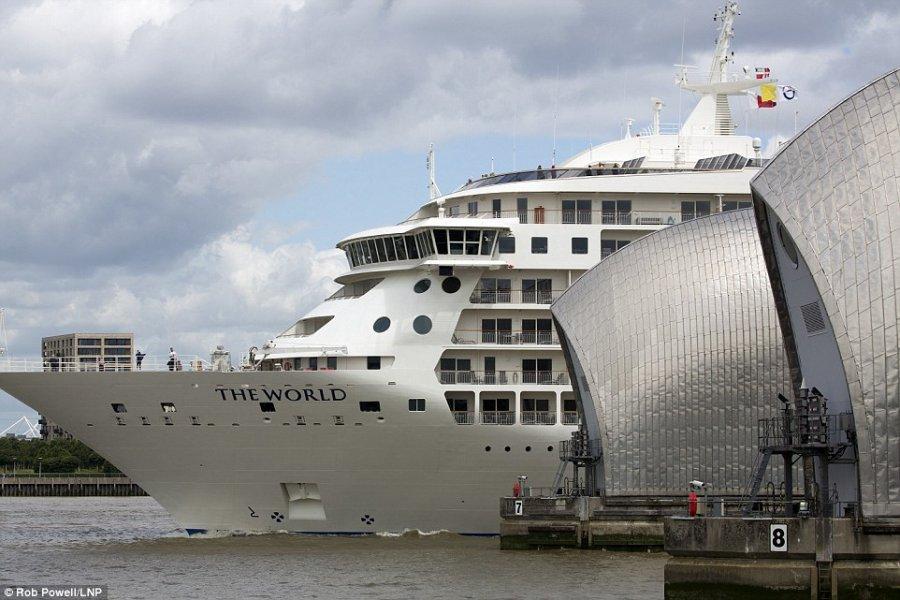 Огромная яхта-жилой дом The World