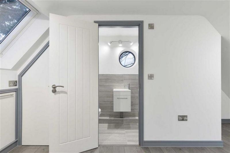 Двухквартирный дом в Великобритании из общественного туалета