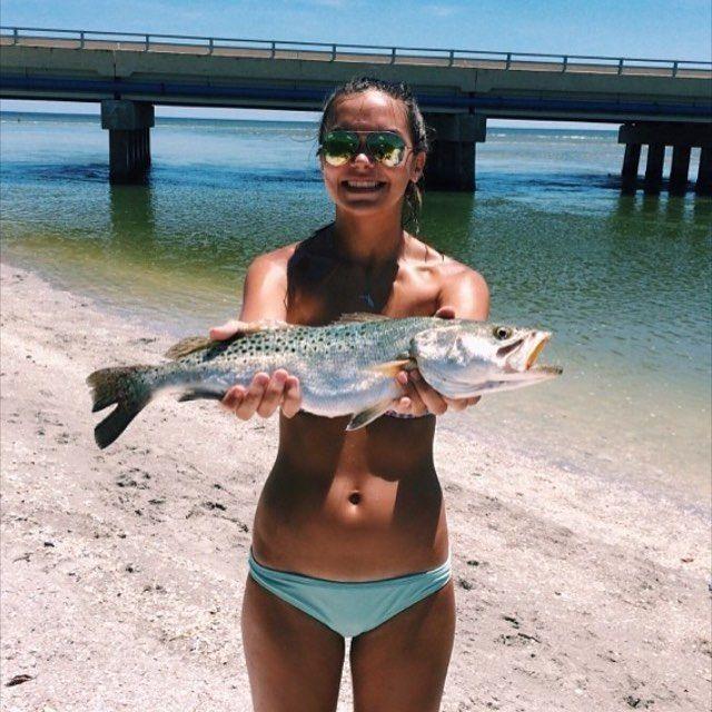 Красивые рыбачки и рыбные купальники из улова