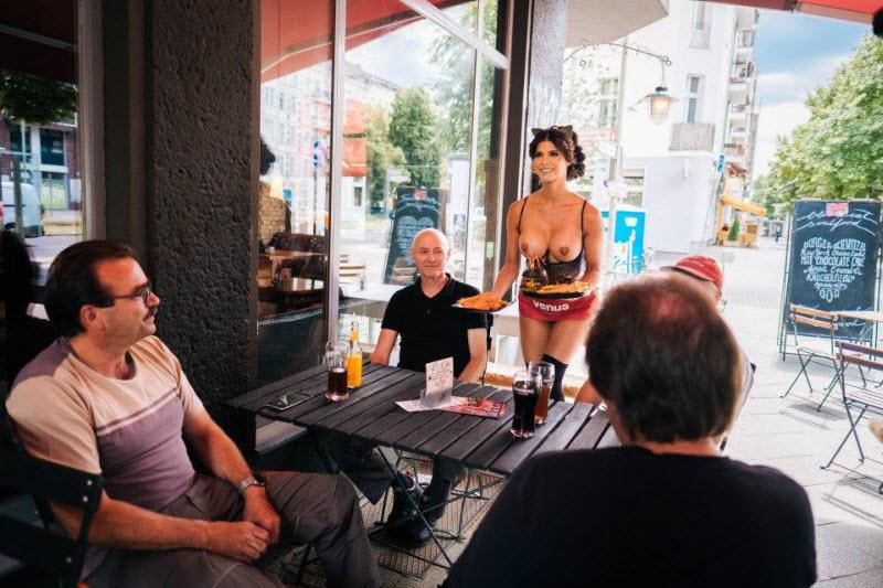 Ресторан с полуобнаженными официантами и посетителями