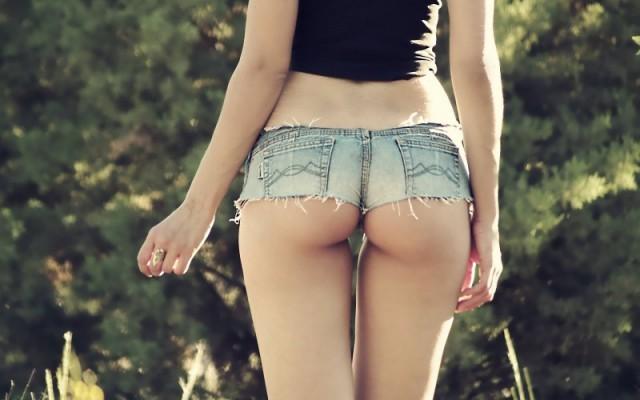 Красивые девушки в коротких джинсовых шортиках