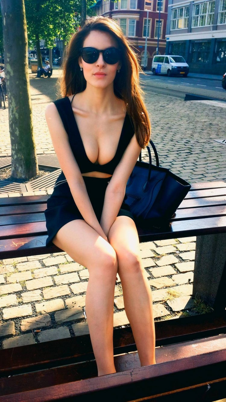 Красивые девушки в обтягивающих платьях