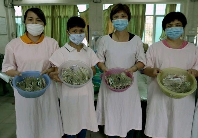 Работники автопарка при подсчете выручки в Китае