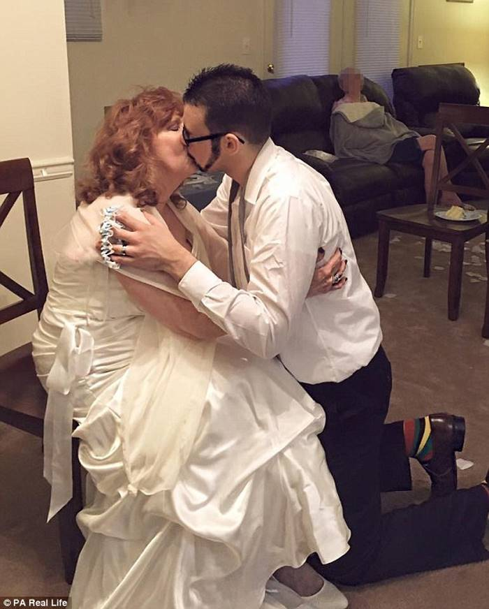 17-летний парень женился на 71-летней пенсионерке
