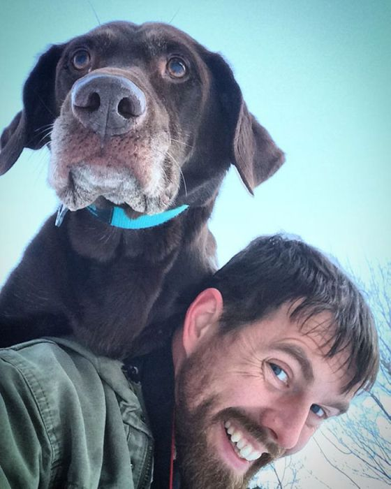 Парень путешествует со своей собакой, больной раком