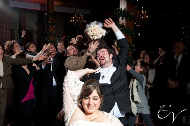 Борьба за букет невесты