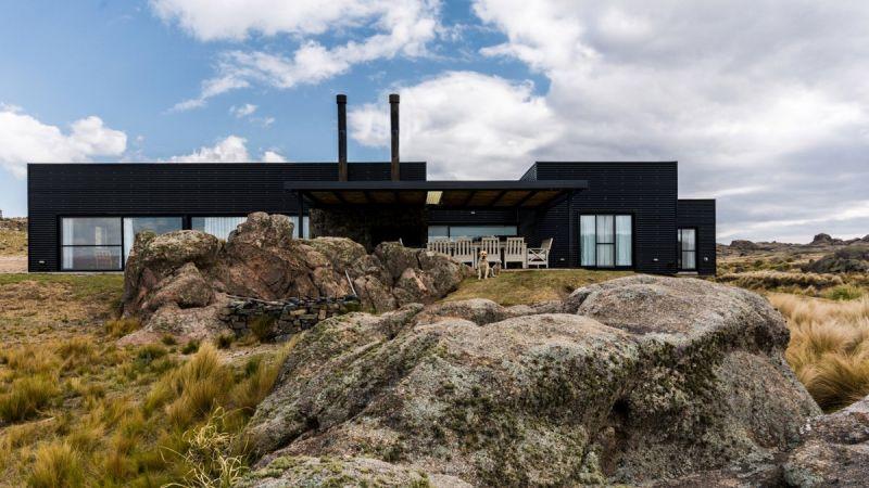 Дом в скалистой местности Аргентины