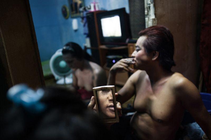 Трудовые будни трансгендерных проституток Индонезии