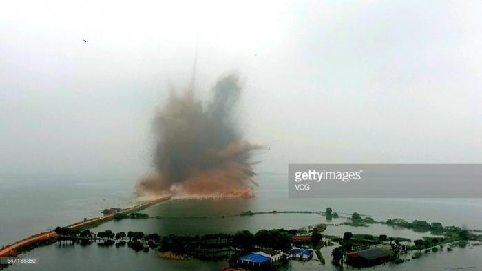 Подрыв дамбы в Китае