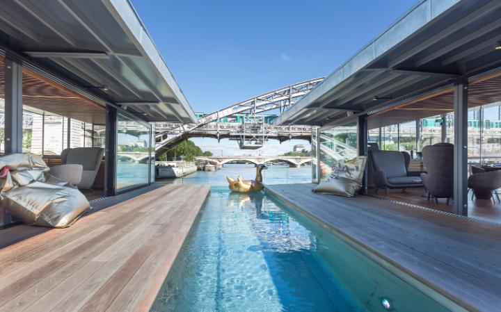 Плавучий отель на реке Сена в Париже