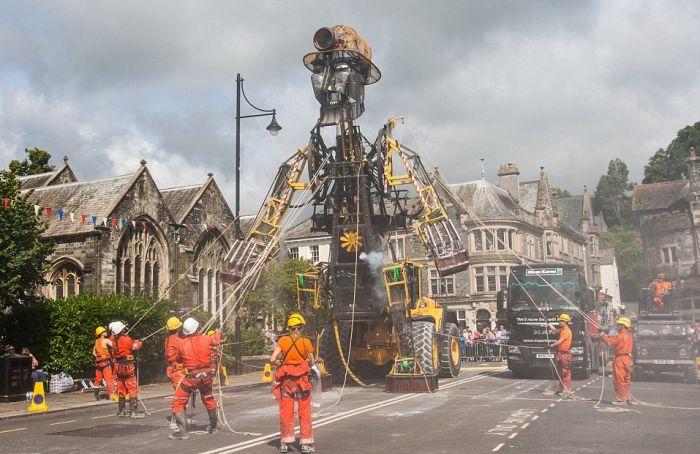 По Великобритании провезут 10-метровую механическую куклу