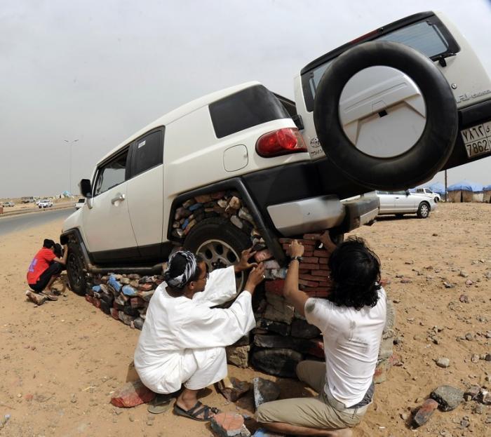 Молодежь в Саудовской Аравии обкладывает машины камнями
