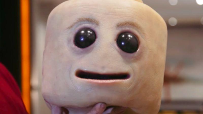 Жутковатый косплей живого лего человечка