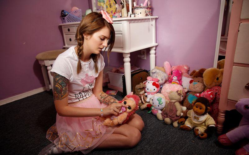 Девушка живет как младенец, чтобы справиться с психологической травмой