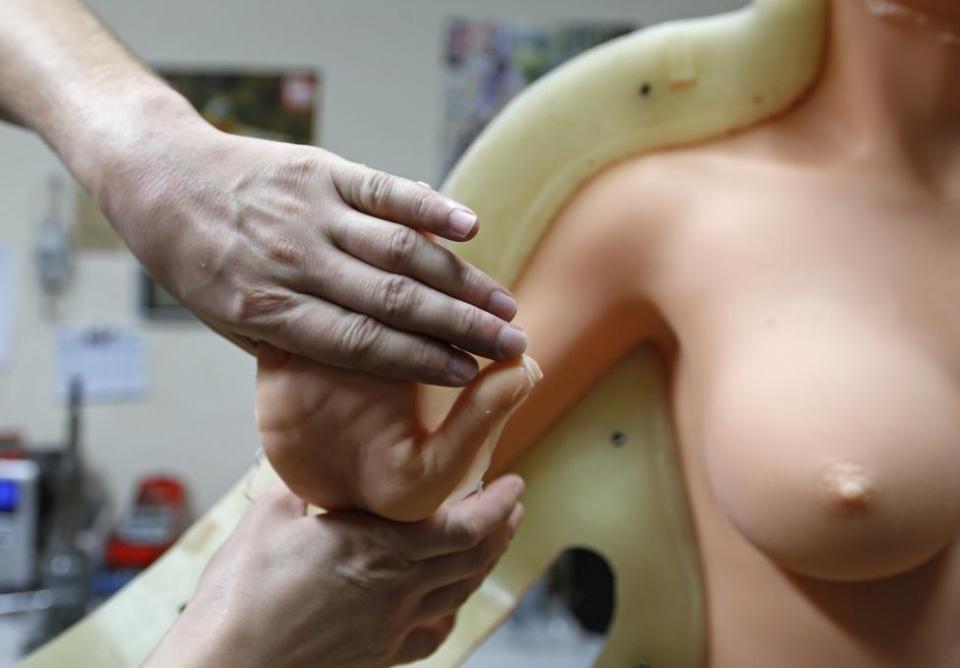 Как производят резиновых женщин во Франции