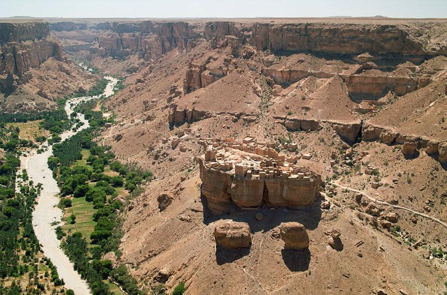 Деревня Хайд Аль-Джазил, которая стоит на огромном валуне