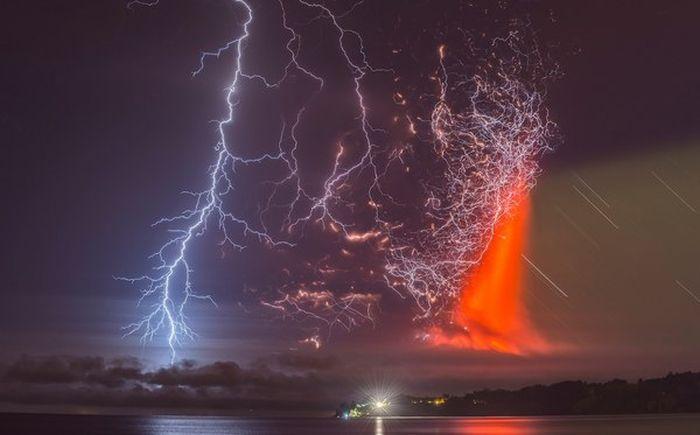 Молния во время извержения вулкана Кальбуко в Чили
