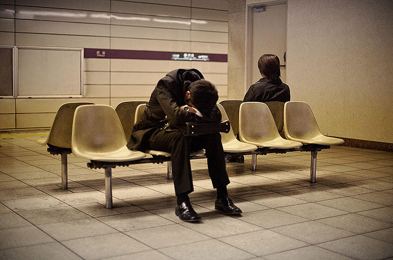 Изнуренные работой жители Токио спят прямо на улице
