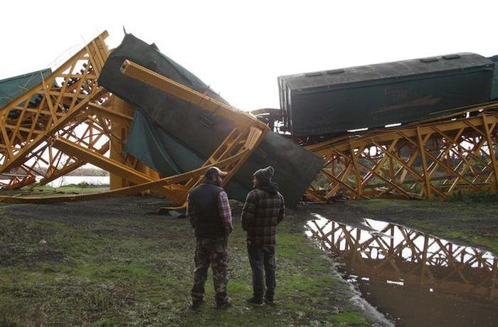 В Чили под тяжестью товарного поезда рухнул мост