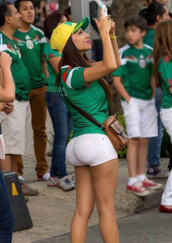 Красивые девушки в коротких белых шортиках