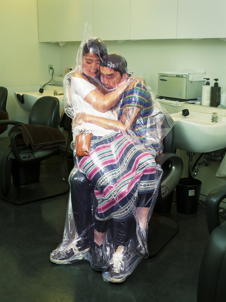 Новая мода в Токио: объятия пар в вакуумной упаковке