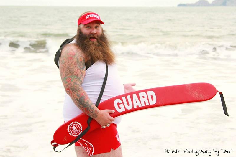 Прикольная фотосессия в роли бородатого спасателя