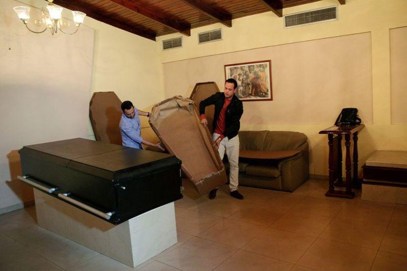 В Венесуэле растет спрос на картонные гробы