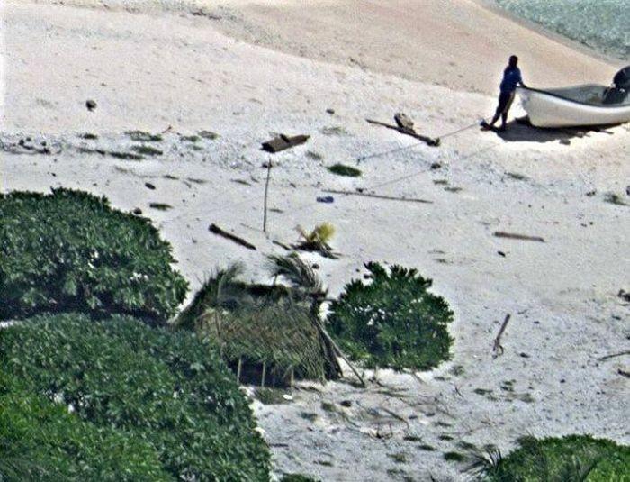 Надпись SOS помогла паре спастись с необитаемого острова