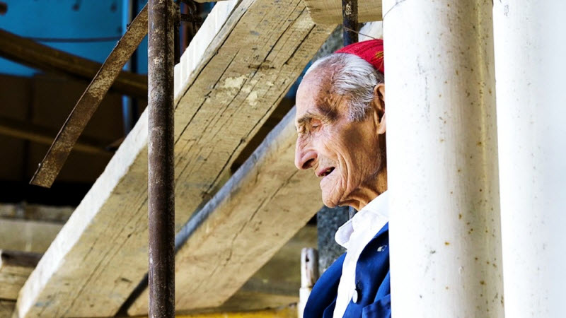Дедушка 53 года строит собор в одиночку