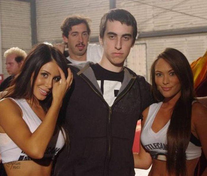 Неказистые парни в окружении симпатичных девушек