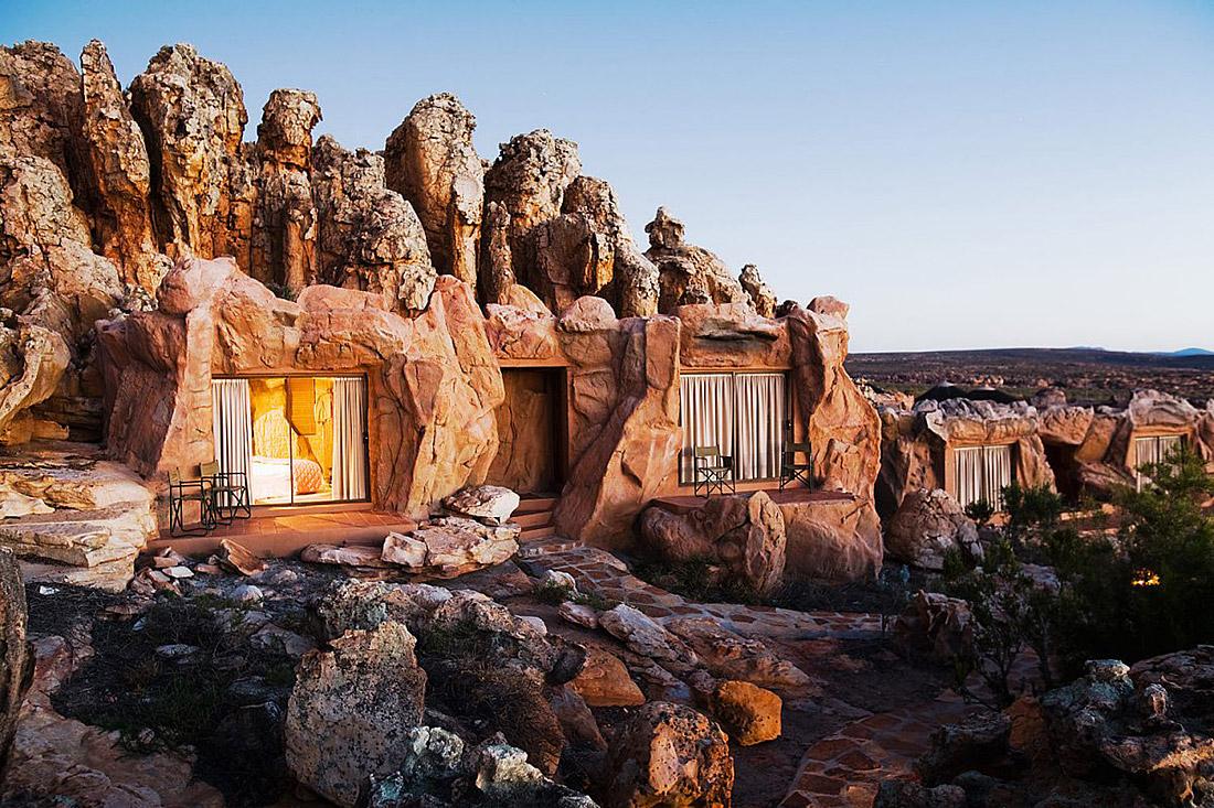 Отель с номерами-пещерами в Африке