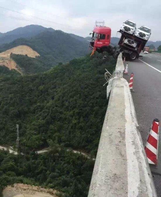 Водитель чудом остался жив, сохранив при этом дорогостоящий груз