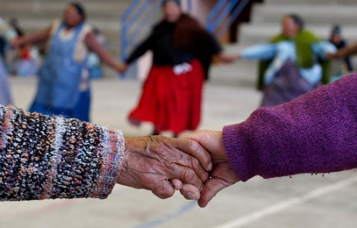 Боливийские бабушки играют в гандбол
