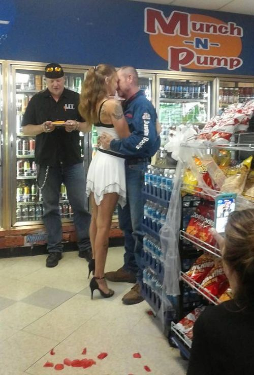 Американская пара провела свадебную церемонию в магазине при заправке