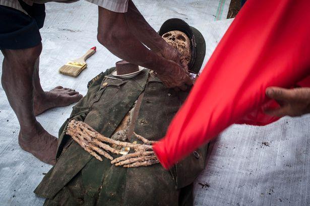 Индонезийцы в очередной раз откопали и переодели своих мертвых родственников