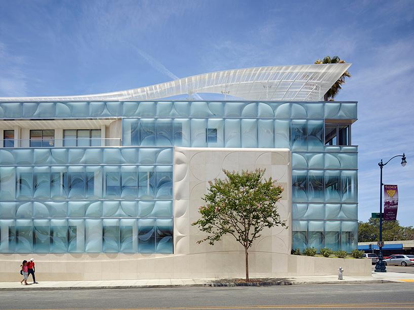 Офисное здание с фактурным остеклением в Калифорнии