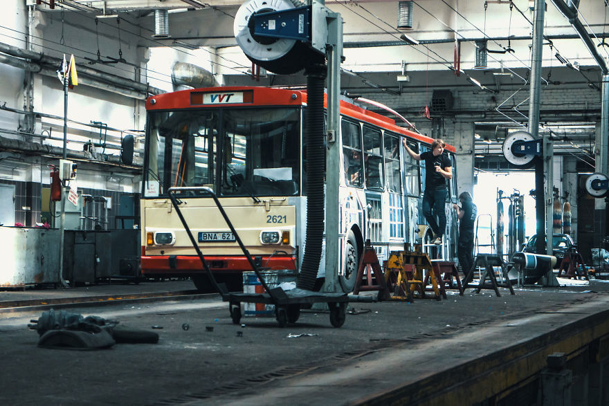 Уличный художник заставил троллейбус в Вильнюсе исчезнуть