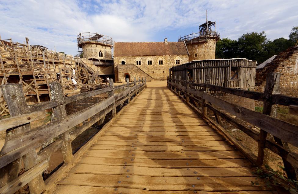 Во Франции строят замок 13-го века