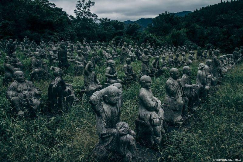 Японская деревня сотен статуй