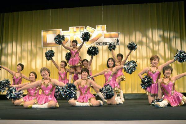 Японская группа поддержки, средний возраст участниц в которой составляет 70 лет