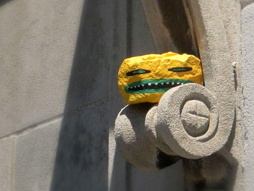 Разрисованные камни, спрятанные по всему городу