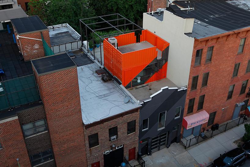Обновленный дом частями контейнеров в Бруклине