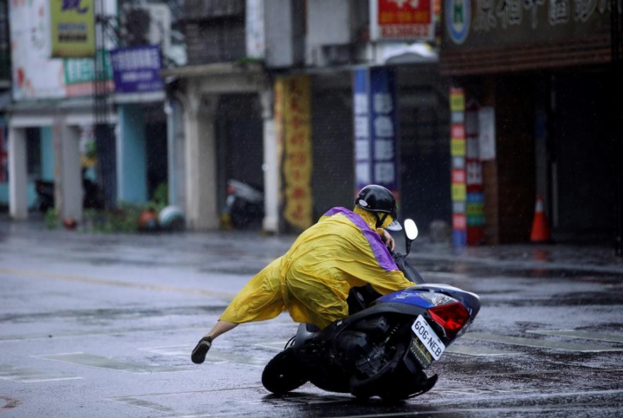 Люди против тайфуна