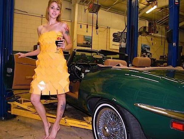 Девушки, одетые в сыр, фотографируются на фоне старых тачек