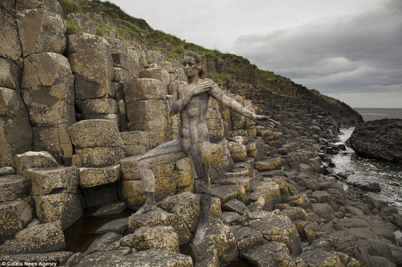Отличный камуфляж: голые люди сливаются с ландшафтом
