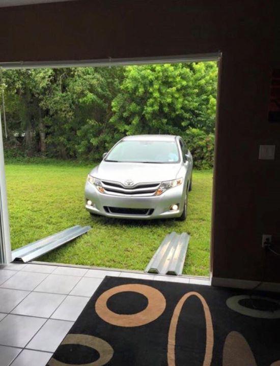 Хозяин спрятал автомобиль от урагана Мэтью в гостиной