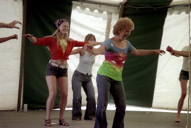 Голубые джинсовые шорты — любимый тренд американских девушек 70-х годов