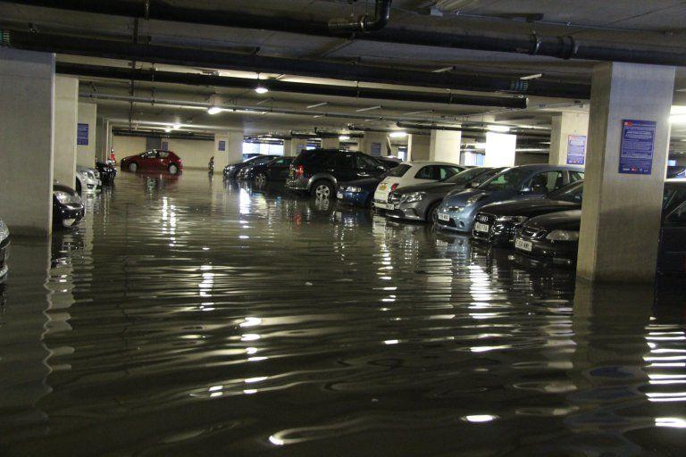 Поднявшийся от наводнения пол расплющил оставленные на парковке машины